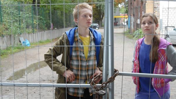 Max (Bruno Alexander) und Nina (Carolin Garnier) rätseln: Hier sollen ihre Freunde sein? | Rechte: NDR/Romano Ruhnau