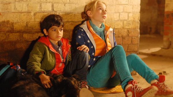 Hündin Feline, Luis (Emilio Sanmarino) und Jessi (Martha Fries) warten auf Rettung. | Rechte: NDR/Romano Ruhnau