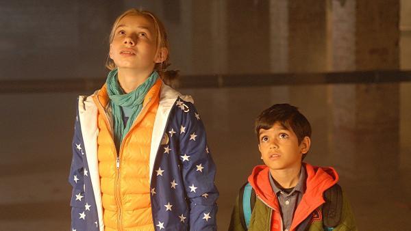 In einem dunklen Kellerschacht suchen Jessi (Martha Fries) und Luis (Emilio Sanmarino) nach Hündin Feline. | Rechte: NDR/Romano Ruhnau