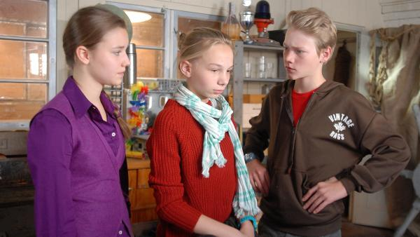 Jessi (Martha Fries, Mitte) verteidigt einen berühmten Tierschützer gegen die skeptischen Blicke von Nina (Carolin Garnier, li.) und Max (Bruno Alexander).   Rechte: NDR/Romano Ruhnau