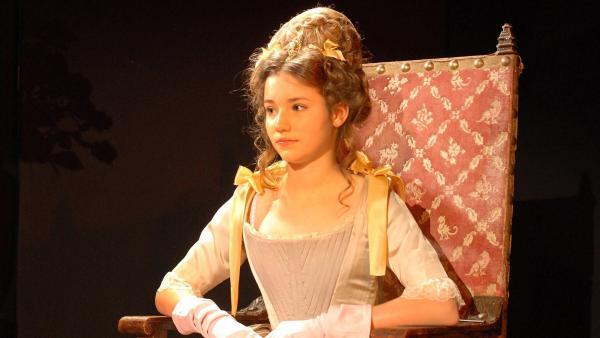 """Nina (Carolin Garnier) spielt die selbstbewusste """"Beatrice"""" in Shakespeares Theaterstück """"Viel Lärm um nichts"""".   Rechte: NDR/Romano Ruhnau"""