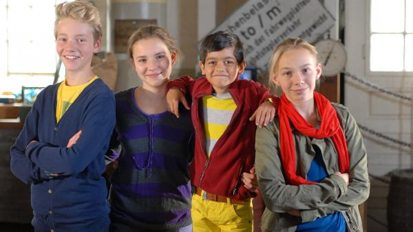 Fall gelöst! V.l.n.r.: Max (Bruno Alexander), Nina (Carolin Garnier), Luis (Emilio Sanmarino) und Jessi (Martha Fries) sind erleichtert und stolz. | Rechte: NDR/Romano Ruhnau
