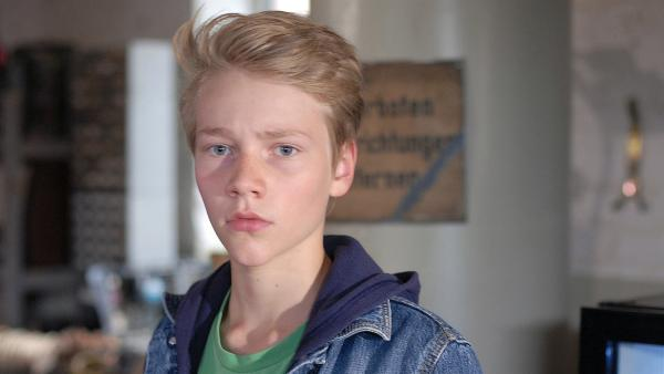 Max (Bruno Alexander) glaubt fest an Ninas Unschuld. | Rechte: NDR/Romano Ruhnau
