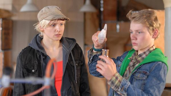 Gekonnt analysiert Max (Bruno Alexander) die Lebensmittelproben, die die Studentin Ylvie (Anne Sommer) mit ins Hauptquartier gebracht hat.   Rechte: NDR/Romano Ruhnau