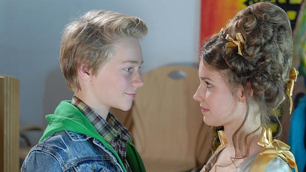 Endlich wieder vereint: Max (Bruno Alexander) und Nina (Carolin Garnier). | Rechte: NDR/Romano Ruhnau