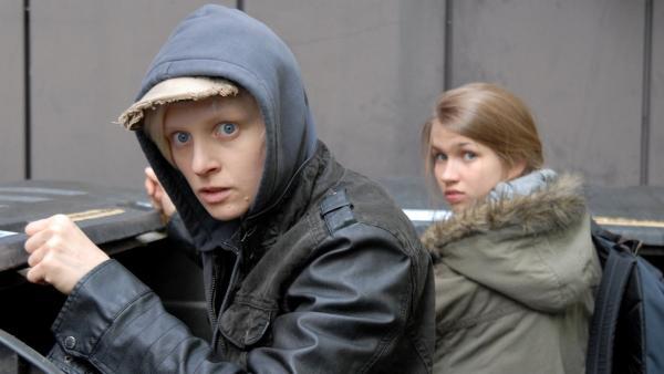 Erwischt! Ylvie (Anne Müller, li.) und Corinna (Anna-Lena Schwing, re.) beim Containern. | Rechte: NDR/Romano Ruhnau
