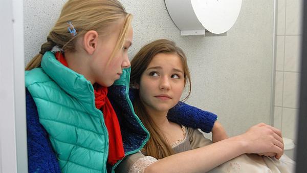 Jessi (Martha Fries, li.) tröstet Nina (Carolin Garnier, re.), die gerade die Hauptrolle verloren hat. | Rechte: NDR/Romano Ruhnau