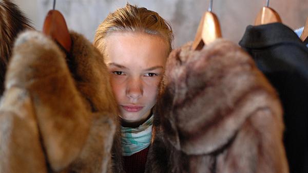 Hinter Pelzmänteln versteckt, wird Jessi (Martha Fries) Zeuge eines Festessens der etwas anderen Art... | Rechte: NDR/Romano Ruhnau