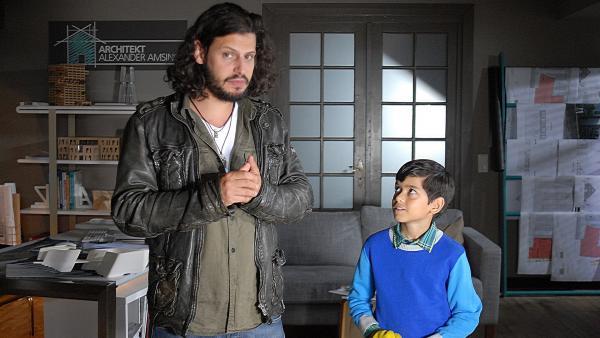 Überraschender Besuch: Luis' Vater Tiago (Manuel Cortez, links) kommt nach Hamburg und bittet Luis (Emilio Sanmarino, rechts) und seine Mutter um einen verrückten Gefallen... | Rechte: NDR/Romano Ruhnau