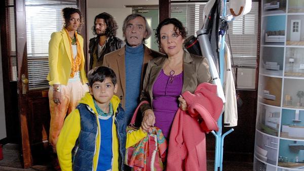 Luis' Großeltern (Adolfo Assor, 2.v.re.; Ursula Michaelis, re.) sind irritiert: Wer ist der nette Architekt, der hier mit ihrer Familie wohnt? | Rechte: NDR/Romano Ruhnau