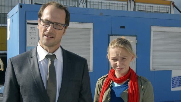 Alex (Markus Knüffken) und seine Tochter Jessi (Martha Fries) stellen die Bauherren zur Rede.   Rechte: NDR/Romano Ruhnau