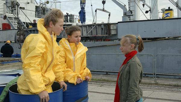 Dank Jessis (Martha Fries, rechts) beherzter Rettungsaktion sind Max (Bruno Alexander) und Nina (Carolin Garnier, Mitte) wieder frei. | Rechte: NDR/Romano Ruhnau