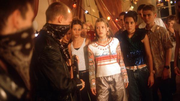Calzone (Thomas Lindner) versucht, Natascha (Vijessna Ferkic), Jana (Ann-Elena Herzog) und Fiete (Julian Paeth) einzuschüchtern. | Rechte: NDR/Baernd Fraatz