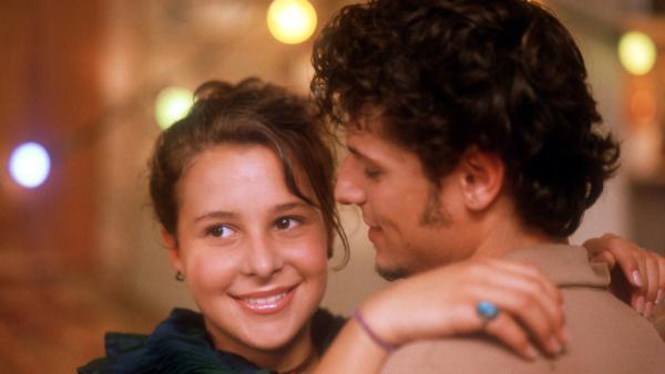 Die erste Party der Pfefferkörner! Jana (Anna-Elena Herzog) ist selig als Frederik (Manuel Cortez) sie zum Tanzen auffordert. | Rechte: NDR/Baernd Fraatz