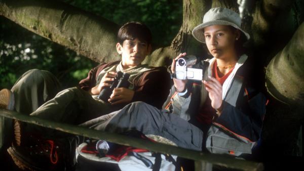 Sie müssen den Baumschlitzer erwischen! Jana (Anna-Elena Herzog) und Cem (Ihsan Ay) halten ihre Position im Baumhaus. | Rechte: NDR/Baernd Fraatz