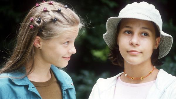 Jana (Anna-Elena Herzog) ist genervt: Natascha (Vijessna Ferkic, re.) ist fest davon überzeugt, dass Cem in Jana verknallt ist. | Rechte: NDR/Baernd Fraatz