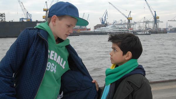 Luis (Emilio Sanmarino) hat in seinem Übereifer den falschen Jungen geschnappt. | Rechte: NDR/Romano Ruhnau