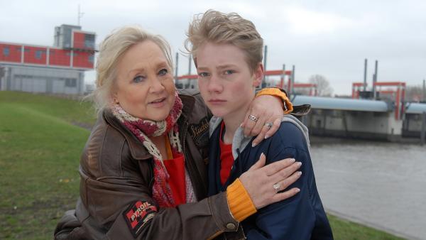 Oma Leni (Doris Kunstmann) tröstet Max (Bruno Alexander), der darunter leidet, sich von seiner Freundin Nina verabschieden zu müssen. | Rechte: NDR/Romano Ruhnau