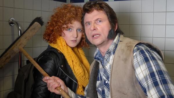 Die Diebe Manni (Achim Buch, rechts) und Mandy (Antonia von Melville) werden von den Pfefferkörnern überrascht. | Rechte: NDR/Romano Ruhnau