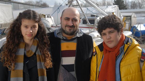 Ceyda (Merle de Villiers, links) und Anton (Danilo Kamber, rechts) verstehen sich gut mit ihrem Vater Erol (Mitte). | Rechte: NDR/Romano Ruhnau