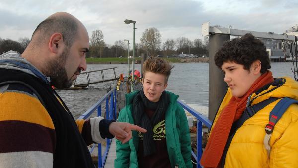 Erol (li.) will von seinem Sohn Anton (Danilo Kamber, rechts) wissen, woher er Niklas (Jaden Dreier) eigentlich kennt. | Rechte: NDR/Romano Ruhnau