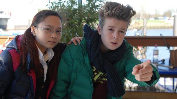Niklas (Jaden Dreier) will Jiao (Sophie Wing Chung) helfen, die sich auf der Bootslagerei versteckt hat.   Rechte: NDR/Romano Ruhnau