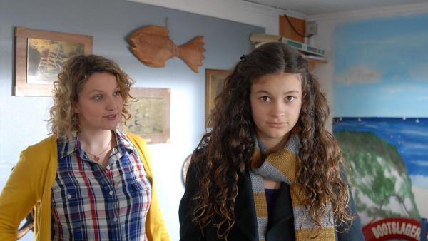 Schon wieder die Sportsachen vergessen... Ceyda (Merle de Villiers) ist von ihrer Mutter Sonja (Victoria Fleer) ein wenig genervt. | Rechte: NDR/Romano Ruhnau