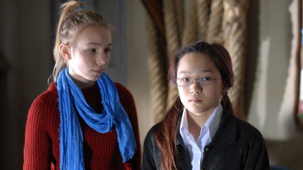 Jessi (Martha Fries) ist skeptisch. Sagt Jiao (Sophie Wing Chung) die Wahrheit? | Rechte: NDR/Romano Ruhnau