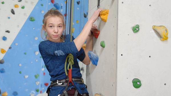 Jessi (Martha Fries) ist ein Kletter-Ass. | Rechte: NDR/Romano Ruhnau