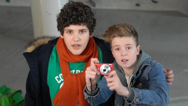 Anton (Danilo Kamber) und Niklas (Jaden Dreier, rechts) bewundern die Kletter-Künste ihrer Freundin Jessi. | Rechte: NDR/Romano Ruhnau
