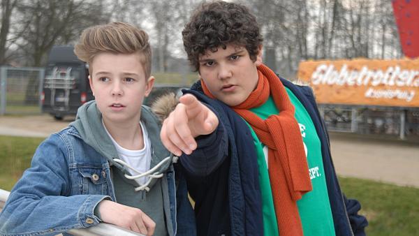 Niklas (Jaden Dreier, links) und Anton (Danilo Kamber) sind dem Täter dicht auf der Spur. | Rechte: NDR/Romano Ruhnau