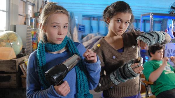 Jessi (Martha Fries, links) und Ceyda (Merle de Villiers) sind im Begriff, echte Freundinnen zu werden. | Rechte: NDR/Romano Ruhnau