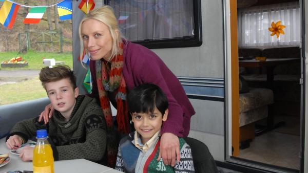 Niklas (Jaden Dreier, links), seine Mutter Janin (Lotta Doll) und Luis (Emilio Sanmarino) freuen sich, dass Janins Unschuld endlich bewiesen ist. | Rechte: NDR/Romano Ruhnau