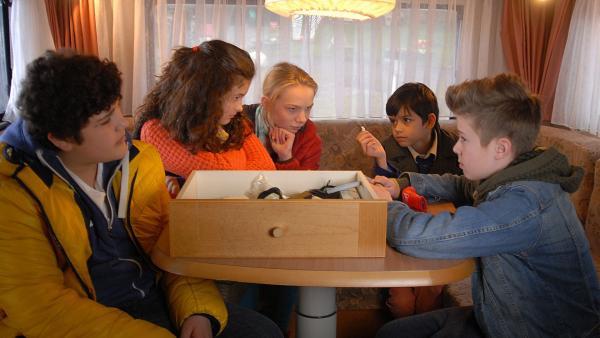 Die neuen Pfefferkörner Anton (Danilo Kamber),  Ceyda (Merle de Villiers), Jessi (Martha Fries), Luis (Emilio Sanmarino) und Niklas (Jaden Dreier) tun alles, um die Unschuld von Niklas' Mutter zu beweisen. | Rechte: NDR/Romano Ruhnau