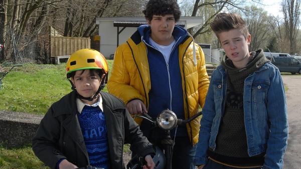 Luis (Emilio Sanmarino),  Anton (Danilo Kamber, Mitte) und Niklas (Jaden Dreier) sind sich sicher, dass sie ihren neuen Fall lösen werden. | Rechte: NDR/Romano Ruhnau