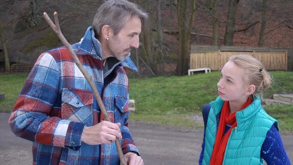 Jessi (Martha Fries) weiß nicht, ob sie dem Platzwart Aiko Jansen (Andreas Schmidt) trauen kann. | Rechte: NDR/Romano Ruhnau