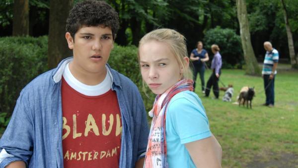 Wer könnte im Park vergiftete Hundeköder ausgelegt haben? Anton (Danilo Kamber) und Jessi (Martha Fries) beobachten einen Verdächtigen. | Rechte: NDR/Romano Ruhnau