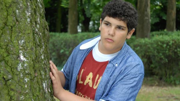 Anton (Danilo Kamer) gibt nicht auf: irgendwo hier im Park muss sich der Täter aufhalten... | Rechte: NDR/Romano Ruhnau