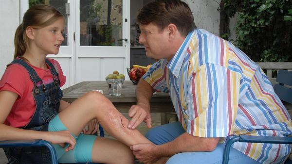 Die 12jährige Nora (Lieselotte Voss) wird von ihrem Vater (Peter Trabner) liebevoll verarztet. Die Bisswunde ist der Auslöser für ihre große Angst vor Hunden. | Rechte: NDR/Romano Ruhnau