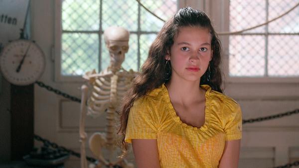 Ceyda (Merle de Villiers) ist verzweifelt: wenn die Schulleitung rauskriegt, dass sie einen Täuschungsversuch gestartet hat, fliegt sie... | Rechte: NDR/Romano Ruhnau