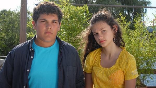 Die Zwillige Anton (Danilo Kamber) und Ceyda (Merle de Villiers) halten zusammen wie Pech und Schwefel. | Rechte: NDR/Romano Ruhnau