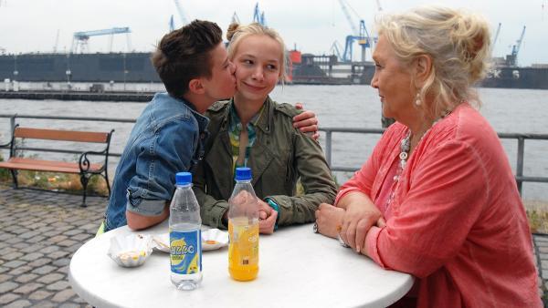 Oma Leni (Doris Kunstmann, rechts) ist wieder da. Jessi (Martha Fries) hat die Idee des Tages und Niklas (Jaden Dreier) ist darüber offensichtlich überglücklich. | Rechte: NDR/Romano Ruhnau