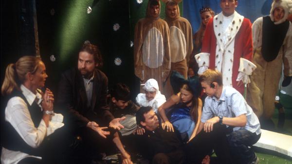 Sabotage! Die Pfefferkörner Natascha (Fijessna Ferkic), Fiete (Julian Paeth), Cem (Ihsan Ay) und Vivi (Aglaja Brix) überführen den Bühnenarbeiter. Lisa glaubt nun auch an eine Intrige. | Rechte: NDR/Baenrd Fraatz