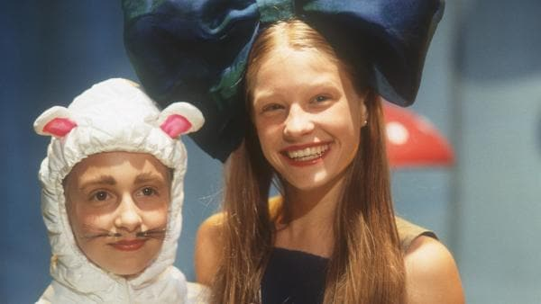 """Endlich Premiere! Natascha (Vijesssna Ferkic) in der Hauptrolle und Vivi (Aglaja Brix) als """"Maus"""" im Märchen """"Alice im Wunderland"""".   Rechte: NDR/Baernd Fraatz"""