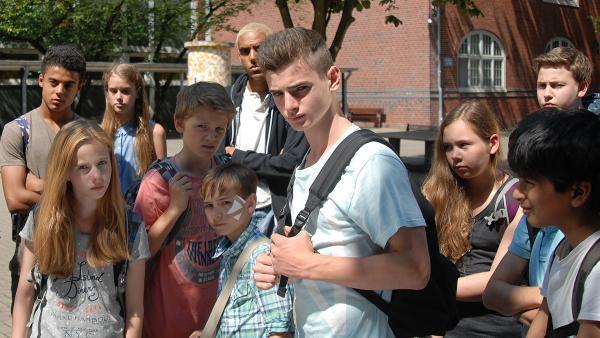 Ausgerechnet Pfefferkorn Anton soll Leif (Niklas Post, Mitte) mit einem Messer verletzt haben? Die Front gegen Anton wächst von Tag zu Tag. | Rechte: NDR/Romano Ruhnau