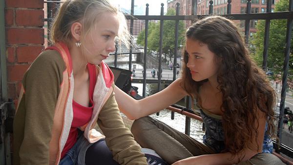Ceyda (Merle de Villiers) versucht, Jessi (Martha Fries) zu trösten, aber Niklas Abfuhr sitzt tief. | Rechte: NDR/Romano Ruhnau