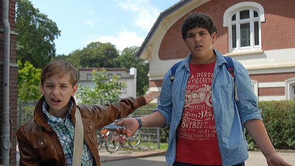 Anton (Danilo Kamber, rechts) versteht die Welt nicht mehr: Leif (Niklas Post) behauptet, Anton habe sein Handy geklaut und zerstört. | Rechte: NDR/Romano Ruhnau