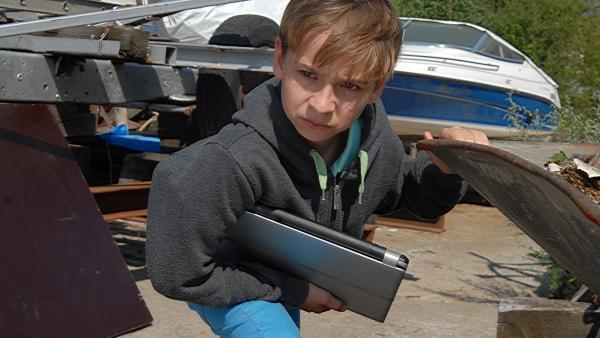 Klein, aber gemein: Leif (Niklas Post) versteckt seinen Laptop auf dem Gelände der Bootslagerei und macht Anton damit zum Hauptverdächtigen. | Rechte: NDR/Romano Ruhnau