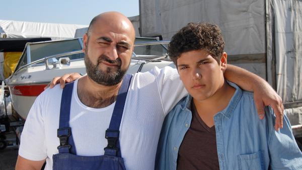 Trotz aller Anschuldigungen hält Erol (Özgür Karadeniz) zu seinem Sohn Anton (Danilo Kamber). | Rechte: NDR/Romano Ruhnau