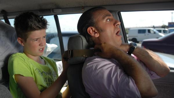 Niklas (Jaden Dreier) fesselt den Patronenschmuggler Hassan Obeidi (Cem-Ali Gültekin). | Rechte: NDR/Romano Ruhnau